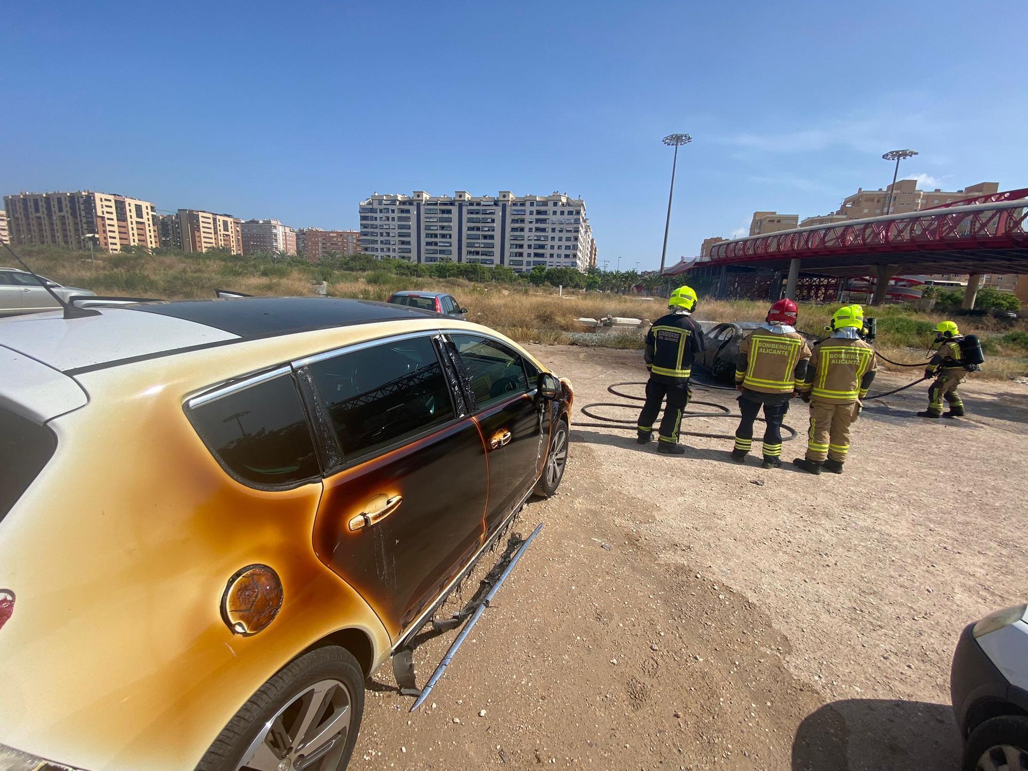 El fuego calcina un coche estacionado y daña a otro junto al puente rojo en Alicante