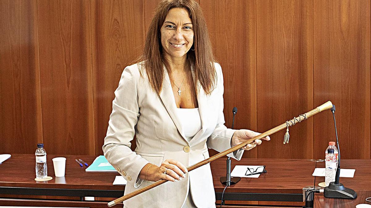Núria Escarpanter en el moment de recollir la vara d'alcaldessa   EDUARD MARTÍ