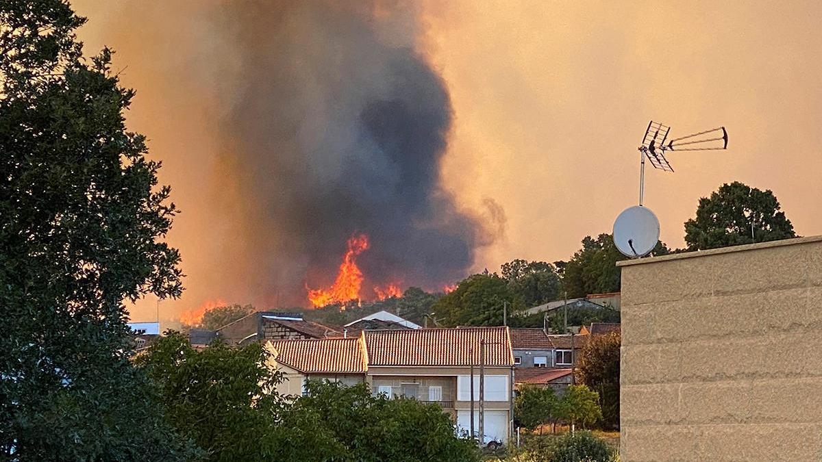 El fuego amenaza el núcelo de A Salgueira // Efe