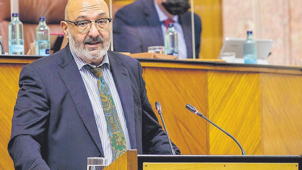 El parlamentario de Vox Alejandro Hernández anuncia la intención de su grupo de abstenerse.