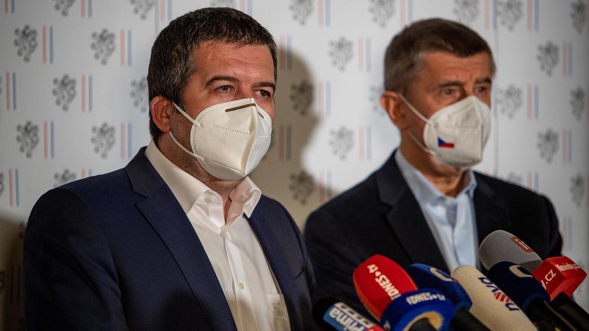 El titular checo de Exteriores, Jan Hamacek, y el primer ministro, Andrej Babis, en rueda de prensa este sábado.