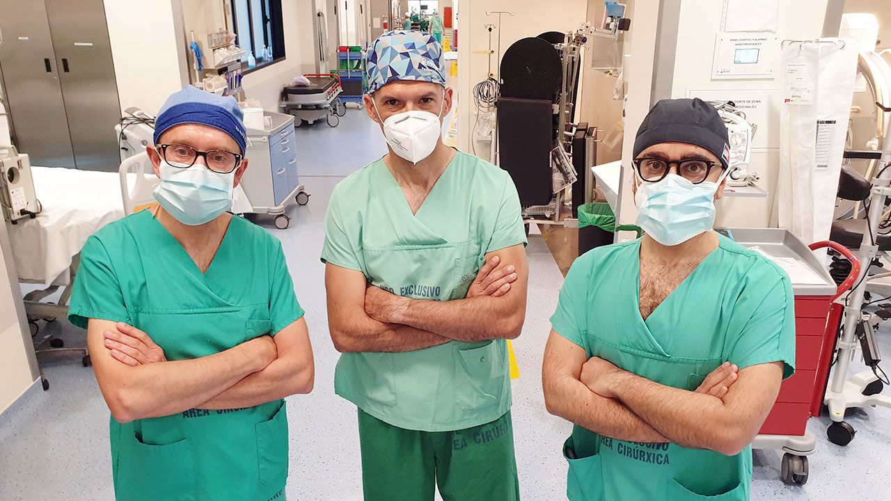 Desde la iz. los doctores Legarra, Encisa de Sá y Vidal, cirujanos en esta operación