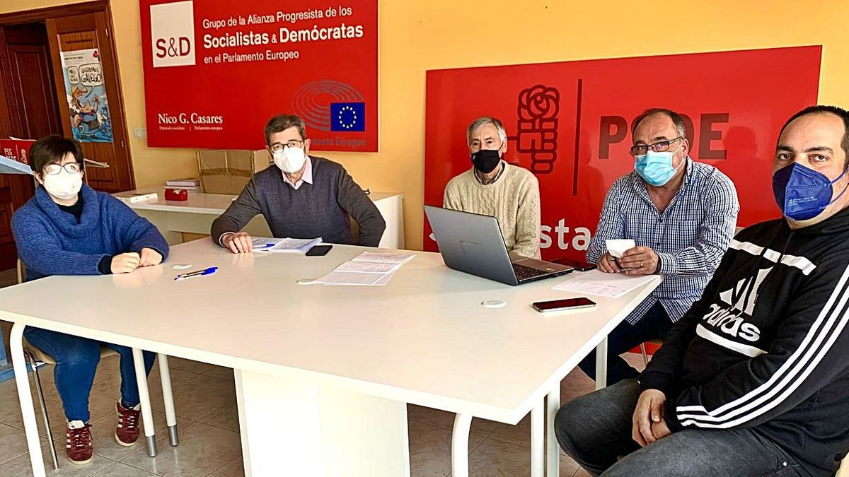 Santalla, ayer, con ediles y miembros de la ejecutiva local del partido.  