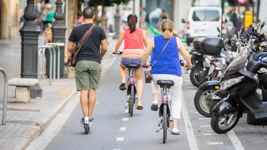 Herida la conductora de un patinete en el carril bici de la calle Colón en València