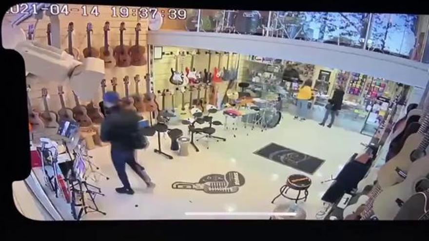 S'emporta una guitarra de més de 500 euros d'una botiga i l'acaba tornant al treballador que el perseguia