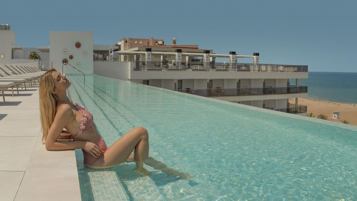 La nueva piscina 'infinity' en la azotea del hotel Bayrén de Gandia
