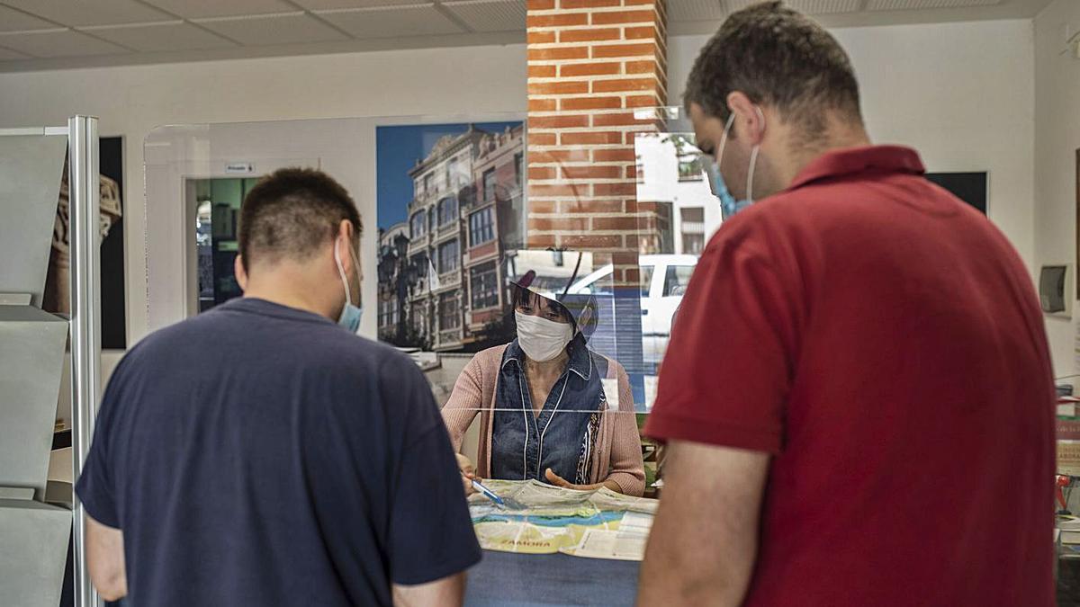 Dos turistas solicitan información sobre la ciudad durante el presente mes de julio. | Emilio Fraile