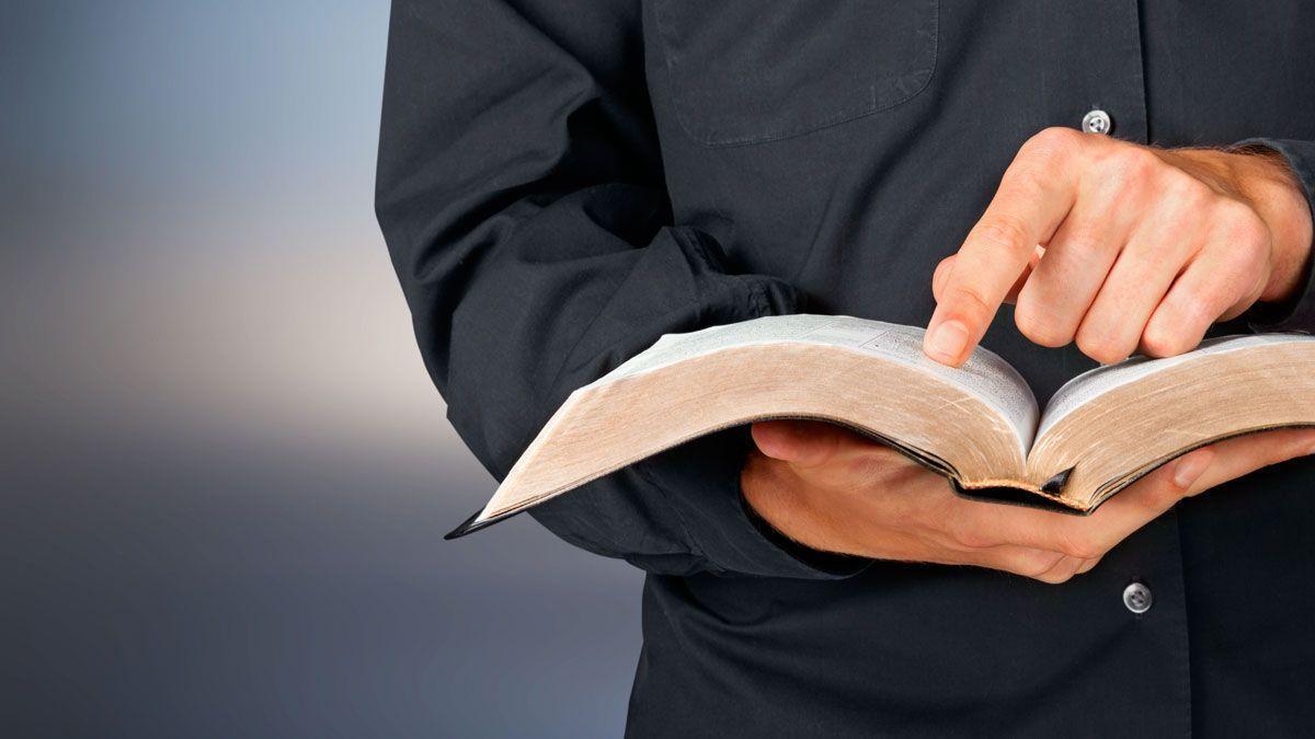 Un sacerdote con una Biblia.