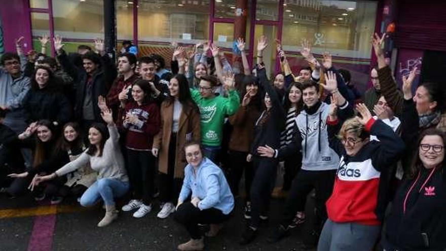 Los participantes en los programas juveniles celebran el comienzo de año