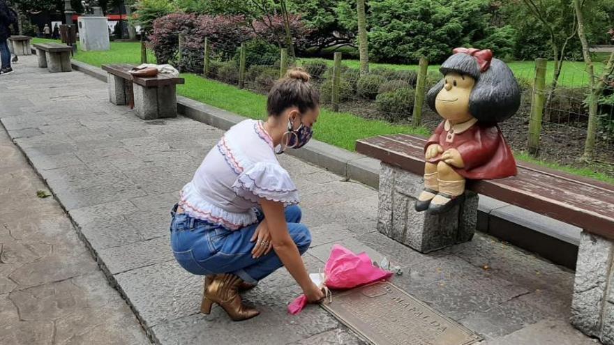 Los ovetenses se despiden de Quino ante la estatua de Mafalda