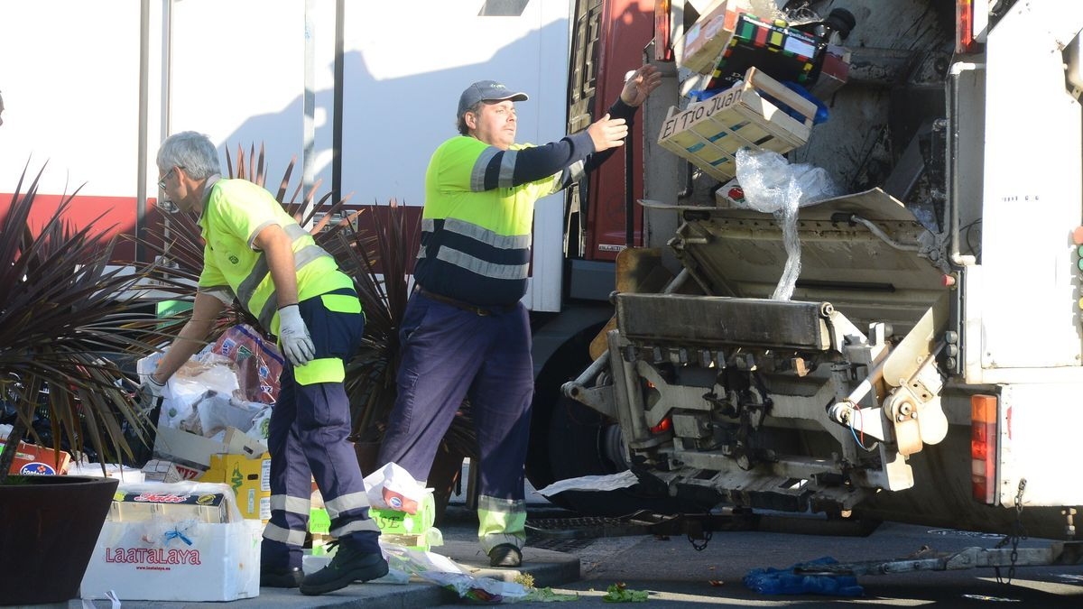 Operarios de la recogida de la basura en Cangas. / G.N.