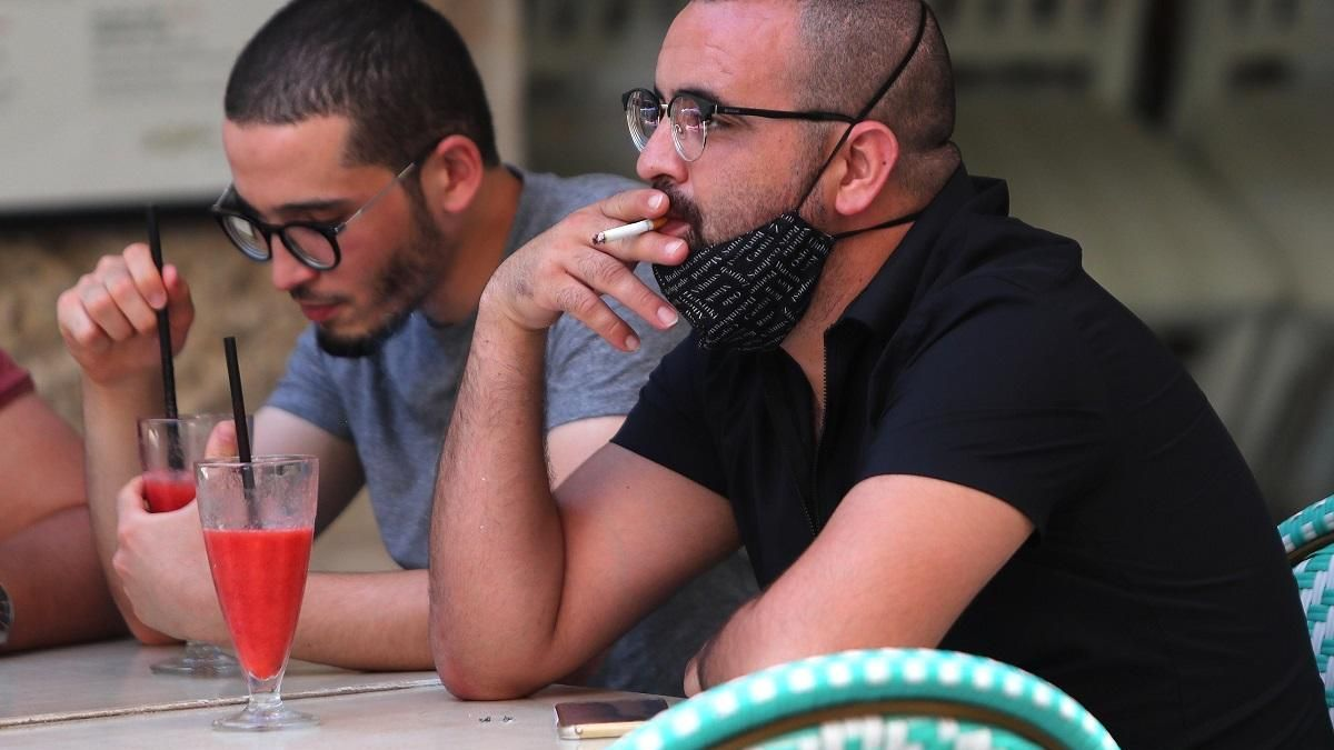 La Generalitat estudia si prohíbe fumar en la calle y en las terrazas como en Galicia y Canarias