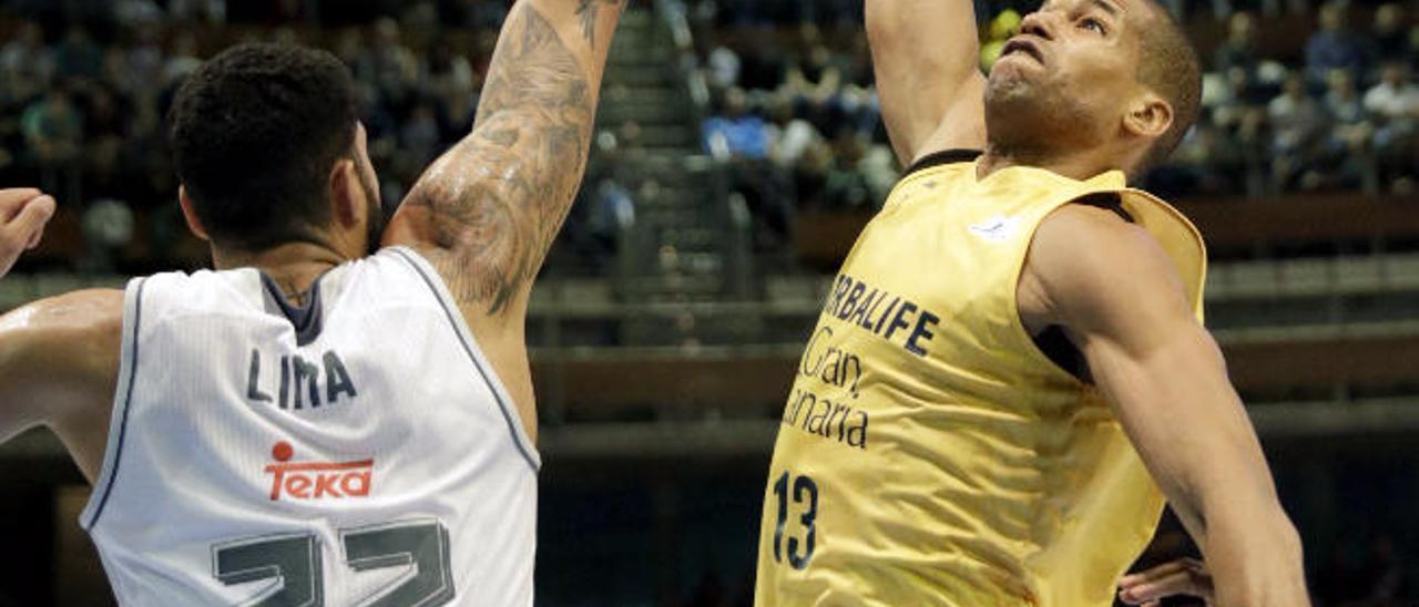 Báez busca el aro ante el madridista Lima en la final de Copa de 2016.