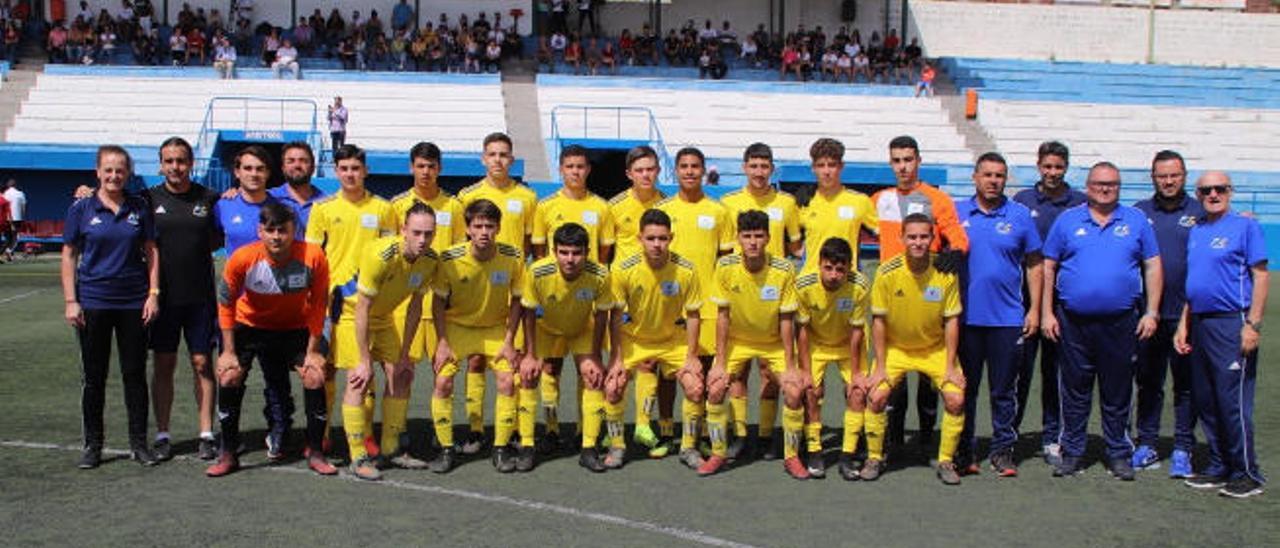 Foto de familia con todos los integrantes de la selección cadete en el campo de La Salud, en Santa Cruz de Tenerife.