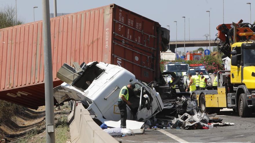 Accidente entre dos camiones en la A-7 a la altura de Puçol