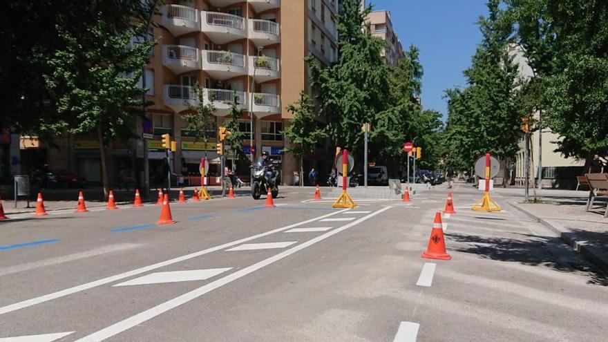 Treballs de senyalització del nou carril bici del carrer de la Creu de Girona
