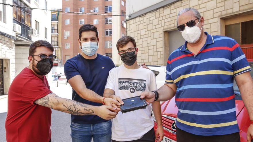 Tres jóvenes cacereños encuentran y devuelven a su dueño una cartera con cerca de 2.000 euros