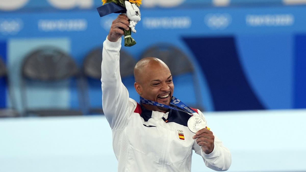 El gimnasta español Rayderley Zapata con la medalla conseguida en la final de suelo