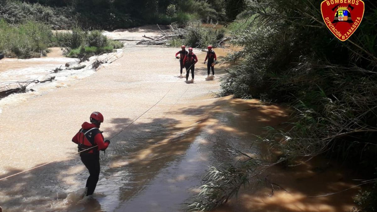 Los bomberos de la DPZ buscan por el río a la mujer desaparecida en Calatorao.