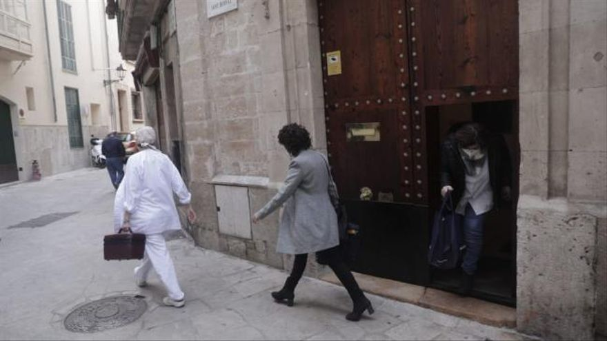 El obispo de Mallorca, Sebastià Taltavull, se pone la segunda dosis de la vacuna a escondidas