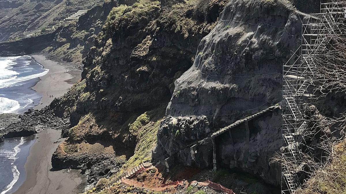 La obra de la escalera de la playa de Los Patos se paralizó en marzo de 2020.