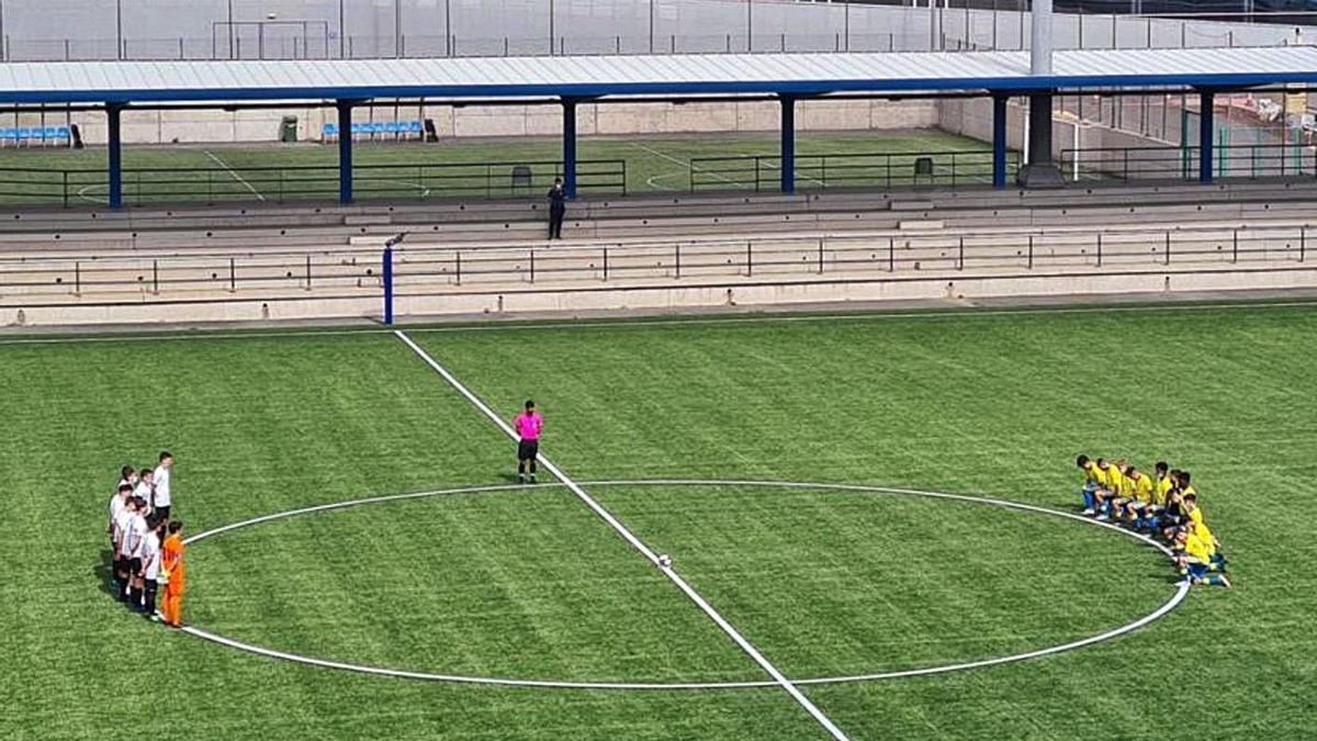 Los cadetes de la UD Las Palmas B, con el Huracán Las Mesas, arrodillados en el Anexo al Estadio de Gran Canaria. | | LP/DLP