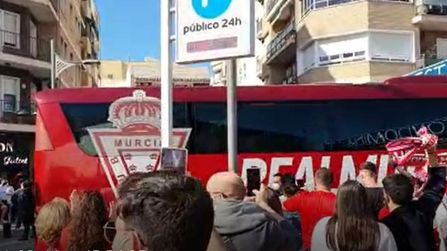 Mil aficionados reciben al Real Murcia antes del derbi ante el UCAM