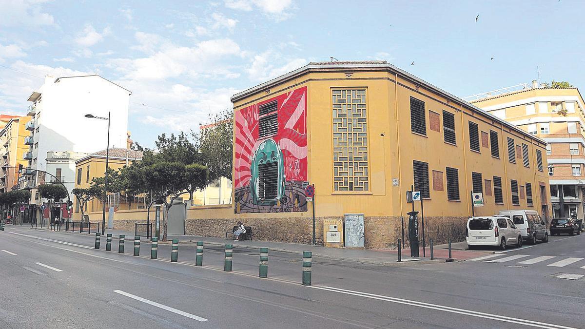 Exteriores del colegio Cervantes de la capital de la Plana, uno de los centros escolares que serán reformados.
