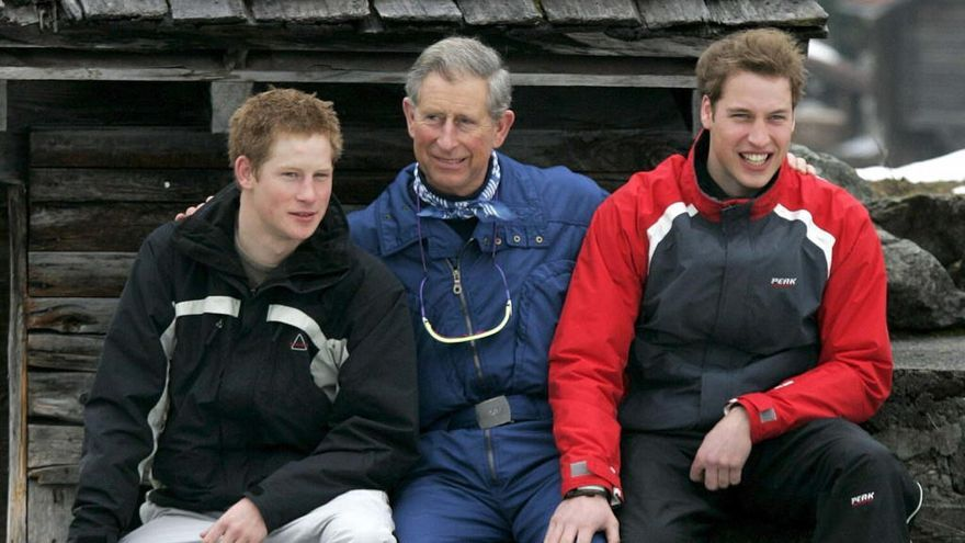 El príncipe Carlos llevaba a sus hijos a recoger basura en vacaciones