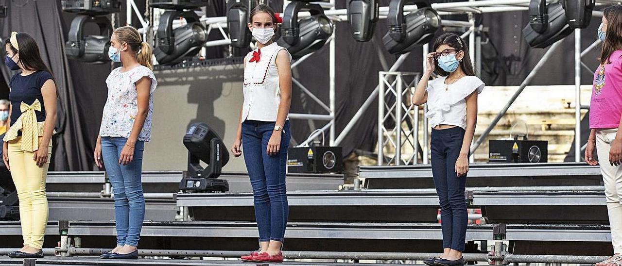 Dos momentos del ensayo ayer en la Plaza de Toros de las candidatas  a Bellea del Foc infantil. | ALEX DOMÍNGUEZ