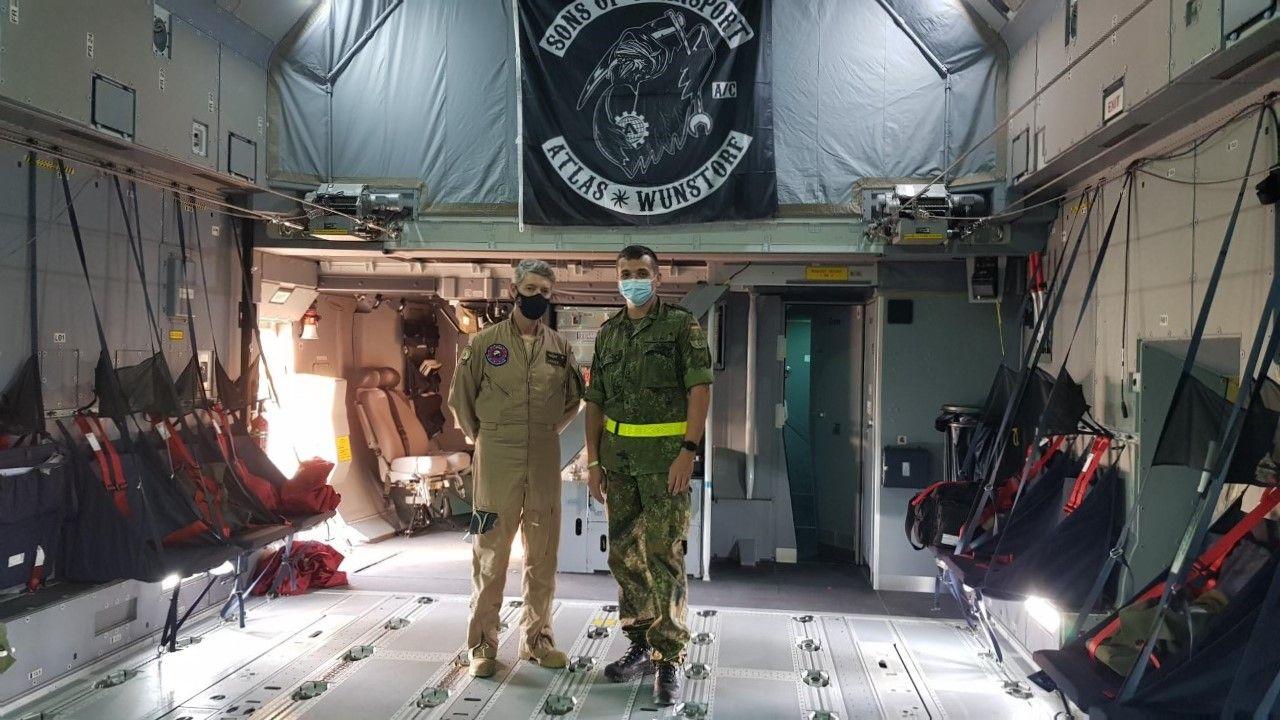 El comandante miembro del ETAC Antonio Arr�ez junto a un miembro de la tripulaci�n alemana en el avi�n A 400-M.jpg