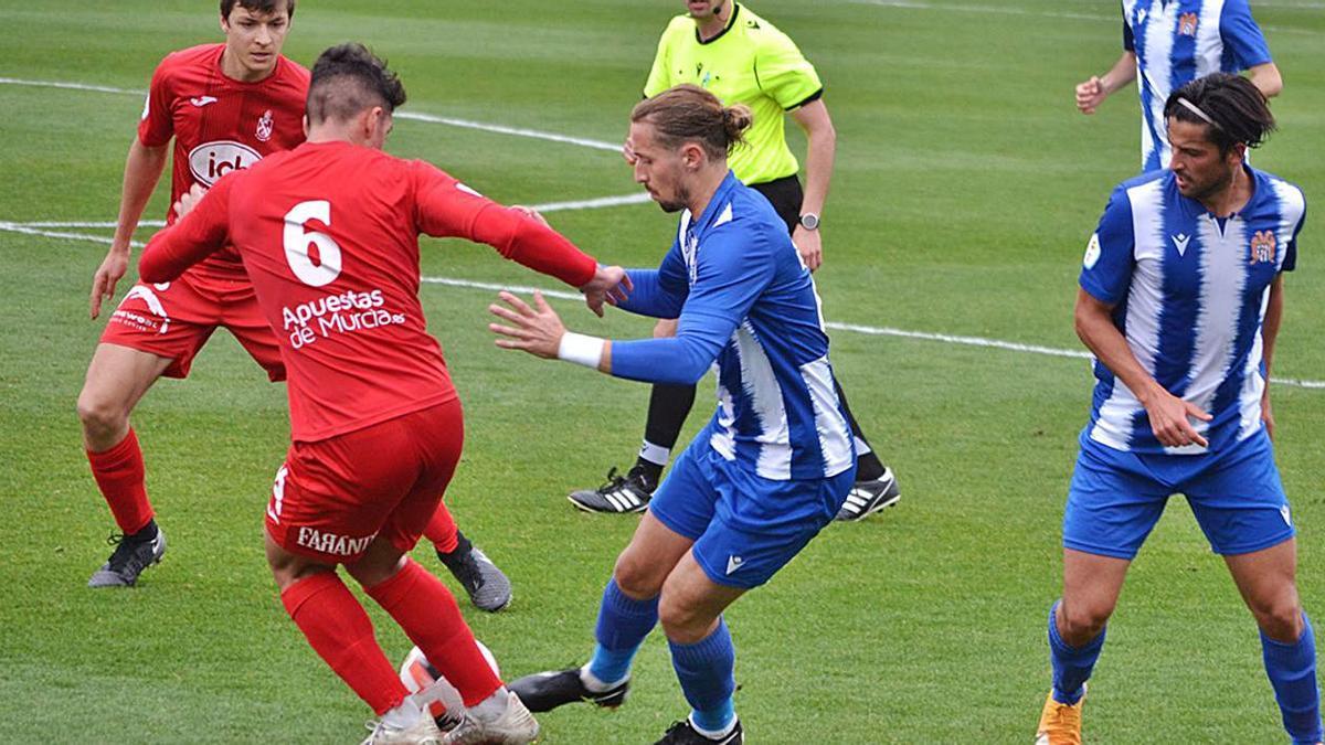 Pedja, autor de tres goles, puga con un rival en el partido de ayer. | ÁGUILAS FC