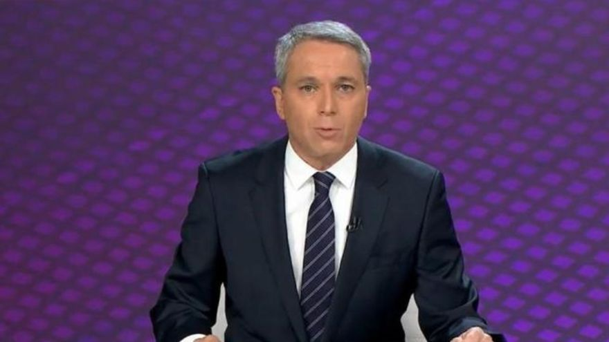 """El presentador Vicente Vallés sufre un lapsus con las cifras del covid: """"No se puede bajar la guarra"""""""