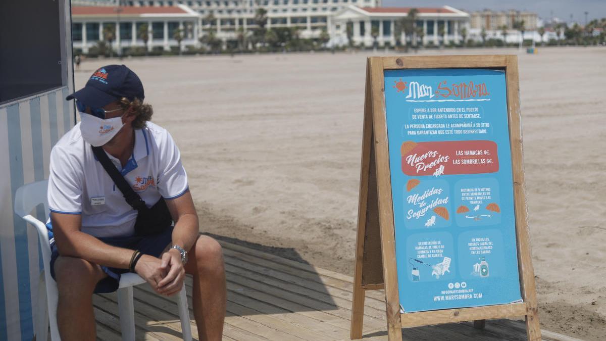 Un trabajador del dispositivo de seguridad de las playas de València.