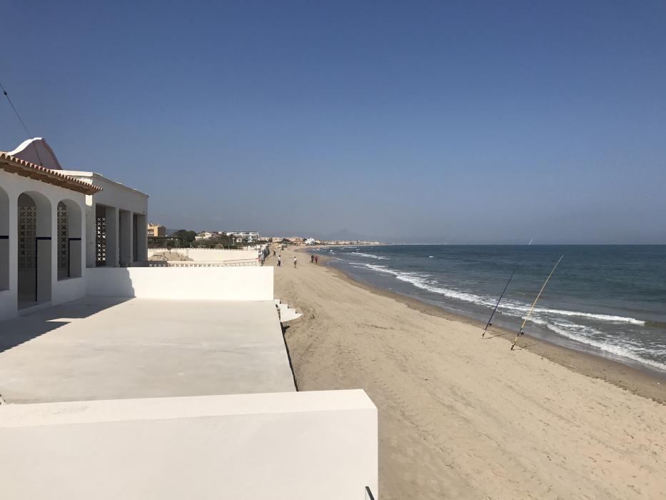 La playa de Deveses, en Dénia, con bandera azul.