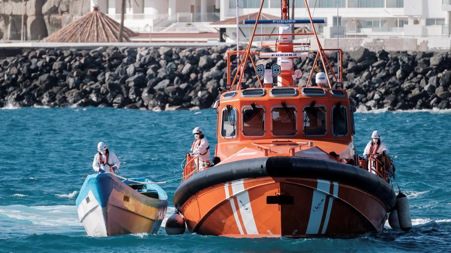 Rescatados frente a Fuengirola tres inmigrantes que iban en un kayak