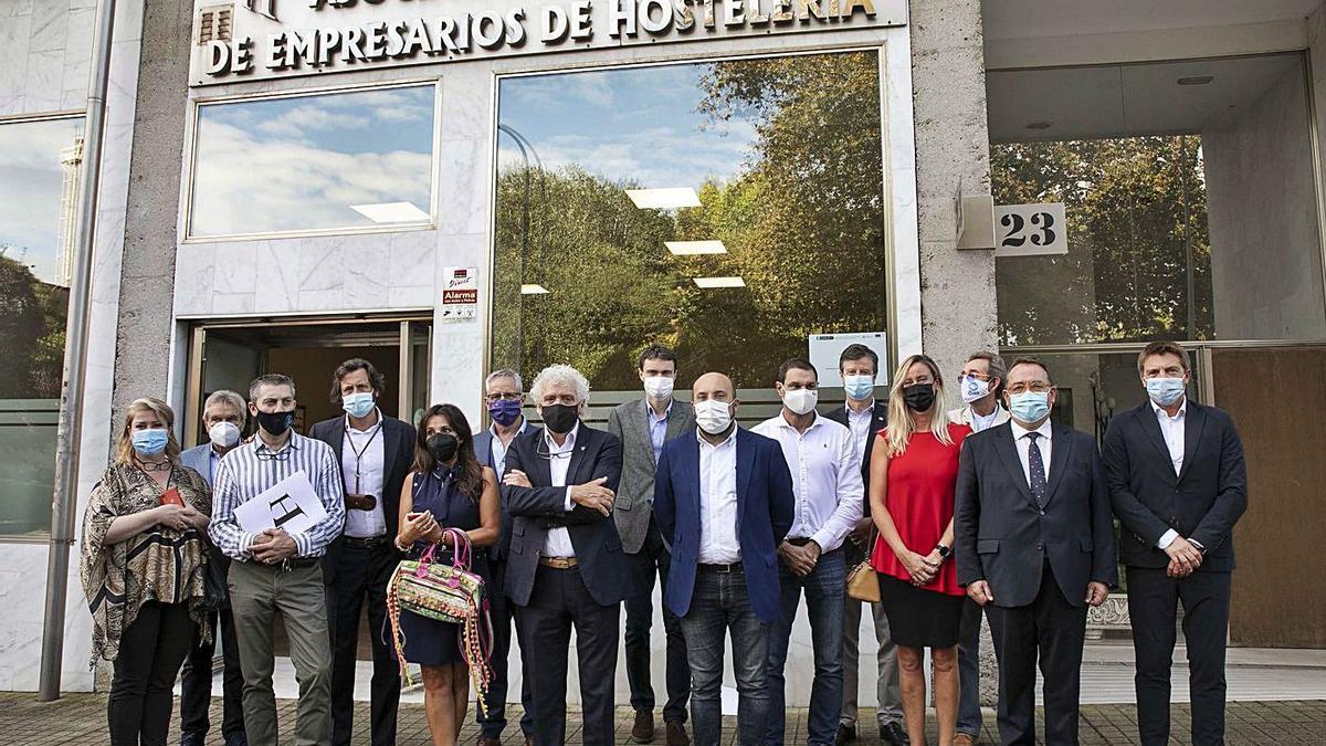 Hosteleros de otras ciudades de España posan con el concejal de Economía, José Manuel Lage.     // L. O.