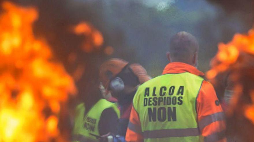 Industria y Xunta solicitan a Alcoa que aplace los despidos seis semanas y negocie la venta