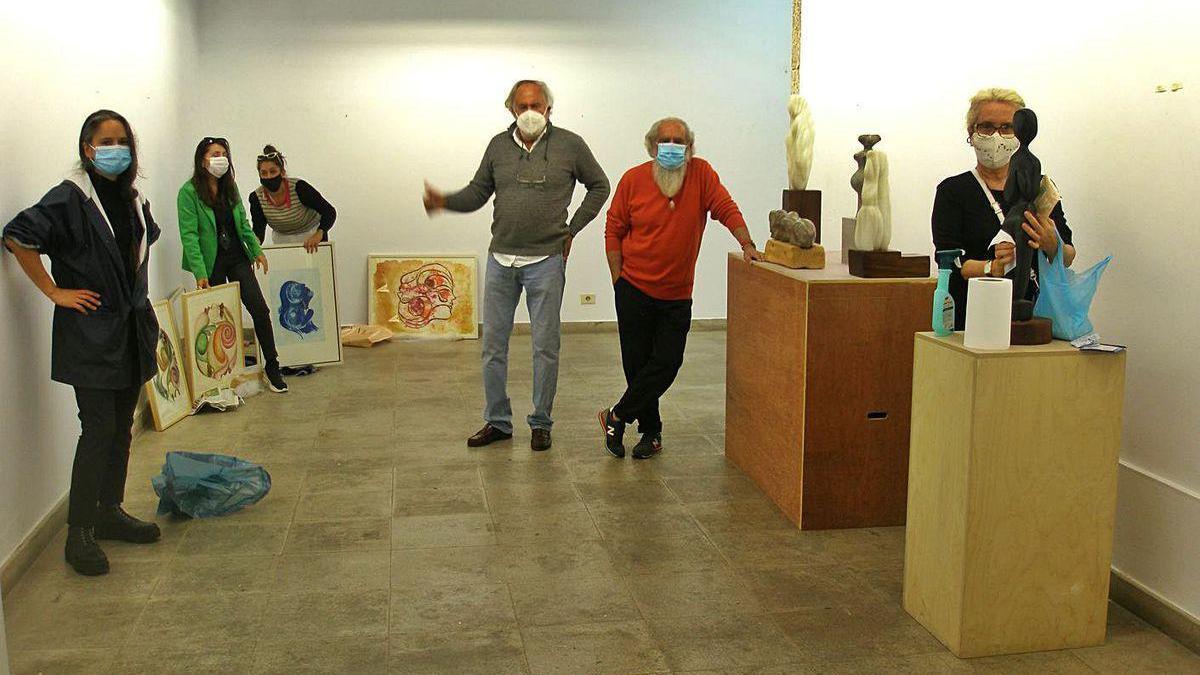 Miembros del colectivo Pataka no cocido colocan las piezas en el Museo Ramón Mª Aller.