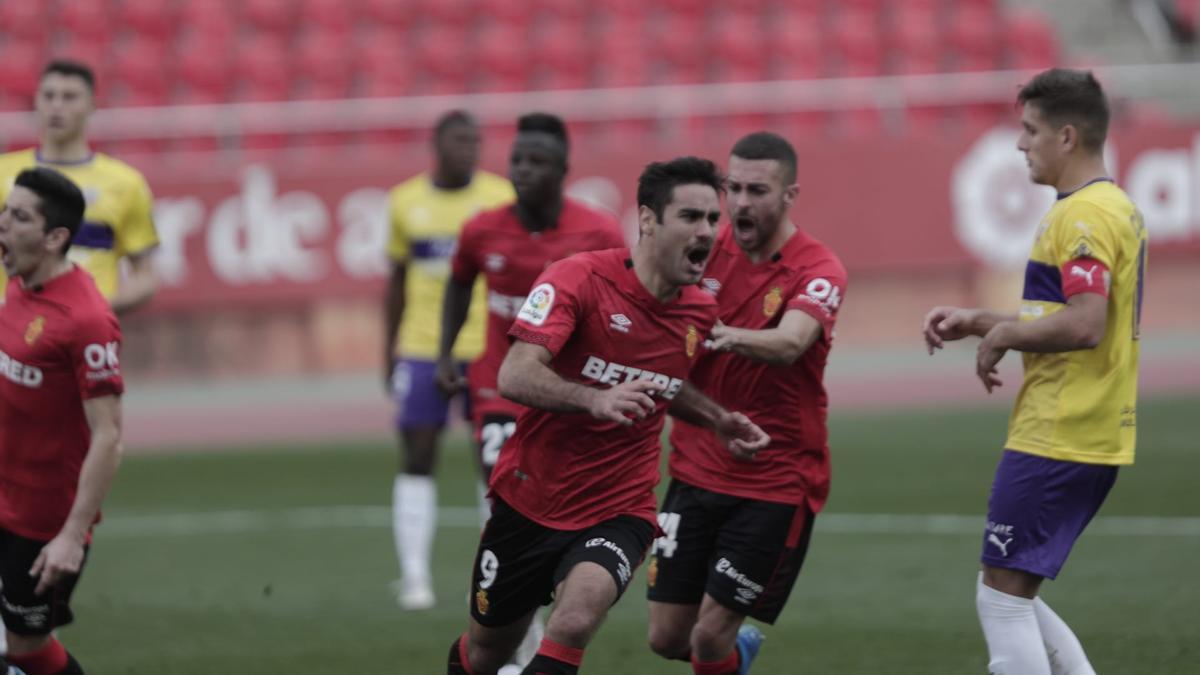 Abdón celebra  el gol que ha puesto el 1-0 en el marcador.