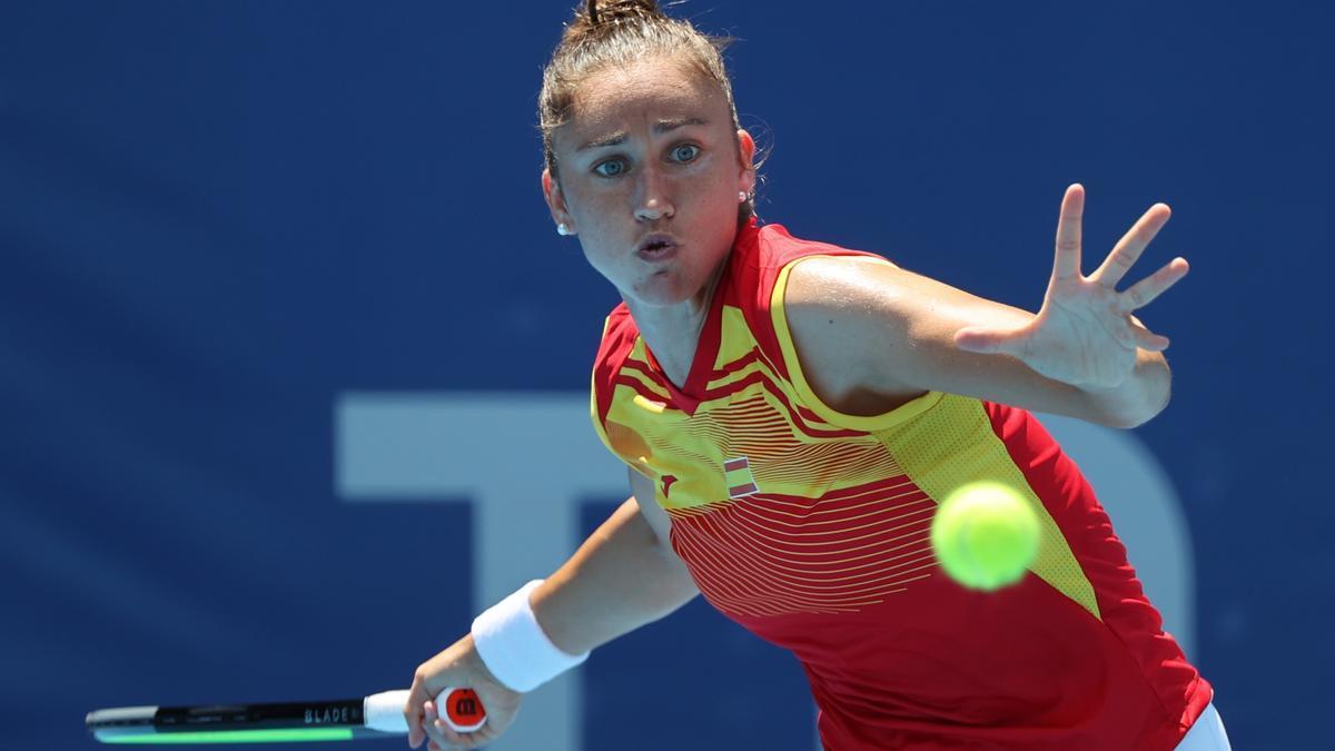La tenista española Sara Sorribes devuelve una pelota en los Juegos Olímpicos de Tokio.