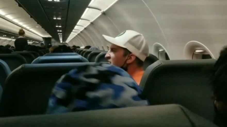 Un pasajero acaba pegado con cinta aislante a su asiento tras tocarle los pechos a dos azafatas
