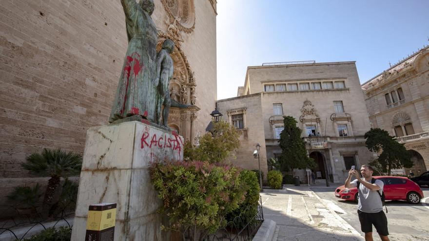 """Aparece una pintada de """"racista"""" en la estatua de Juníper Serra en Sant Francesc"""