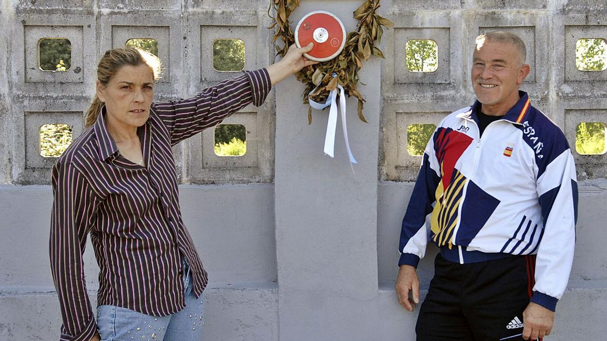 Ángeles Barreiro y Raimundo Fernández posan en el exterior de las pistas de INEF, donde ambos entrenaban.    // JUAN VARELA