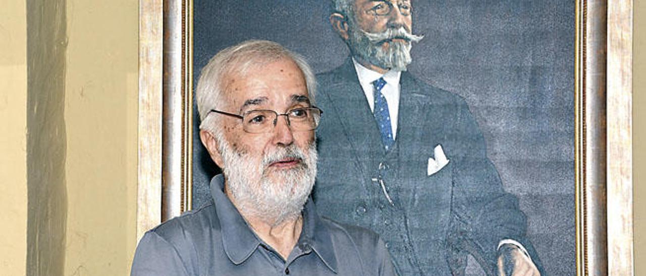 Alejandro Reino posa ante el retrato de Juan León y Castillo, ayer, en la casa museo.