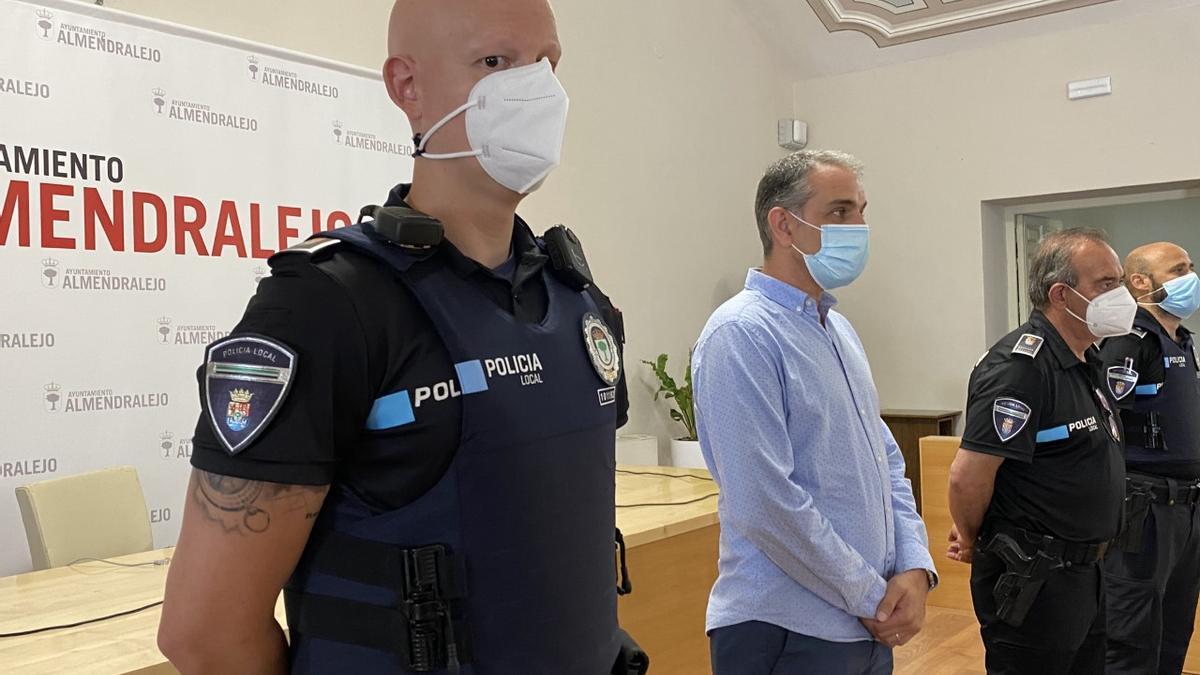Agentes policiales con el chaleco antibalas nuevo