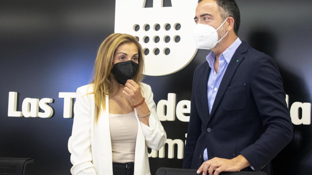 María Fernández y Antonio Contreras, esta mañana en el Ayuntamiento de Las Torres.