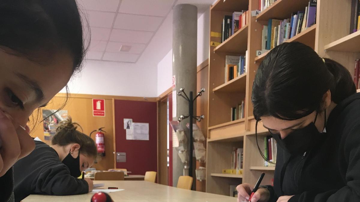 Estudiantes del IES La Azucarera realizando una de las pruebas del certamen en la biblioteca del centro.