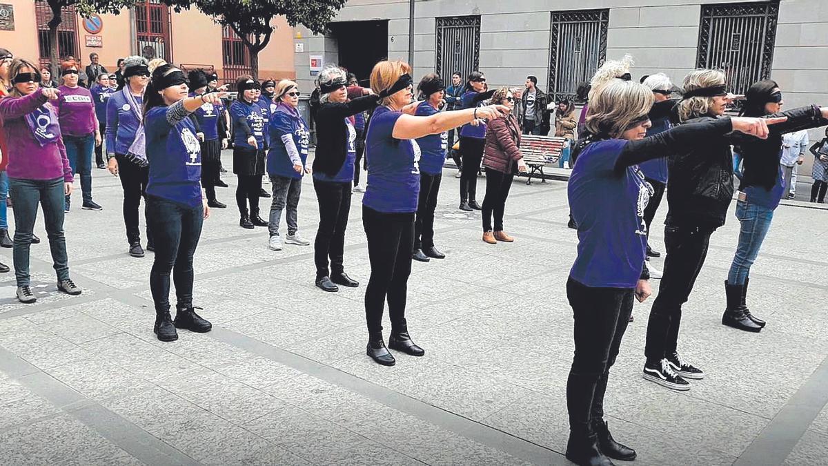 'Performance' a la porta de la seu de CCOO PV a València de 'El violador eres tú'.