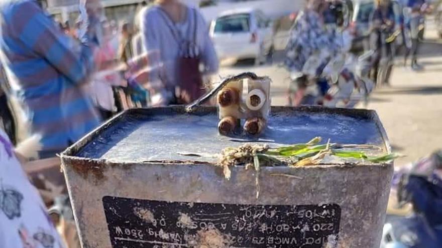 El mar escupe en Xàbia un aparato eléctrico con más de 50 años